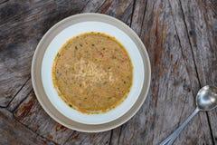 Gazpacho na tabela de madeira, fim da sopa acima Fotografia de Stock