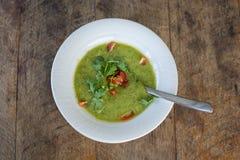 Gazpacho na tabela de madeira, fim da sopa acima Foto de Stock Royalty Free