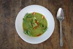 Gazpacho na tabela de madeira, fim da sopa acima Imagens de Stock