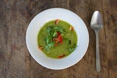 Gazpacho na tabela de madeira, fim da sopa acima Imagem de Stock