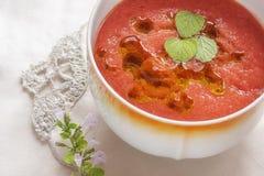 Gazpacho på en tabell, grönsaksoppa Arkivfoton