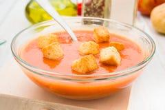 Gazpacho polewka z croutons w round pucharze Zdjęcia Royalty Free