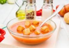 Gazpacho polewka z croutons w round pucharze Zdjęcia Stock