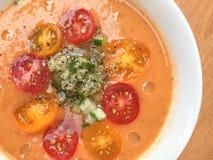 Gazpacho polewka z slised pomidorów, ogórka, pieprzu i oleju dro, zdjęcia royalty free