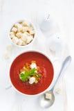 Gazpacho z croutons i warzywami w pucharze, pionowo Obrazy Royalty Free