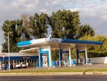 Gazprom bensinstation med att tanka bilen Arkivbilder