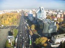 Gazprom byggnad och Respubliki gata Tyumen Arkivfoton