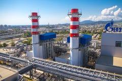Gazprom-Firmenlogo auf dem Wärmekraftwerk. Lizenzfreies Stockbild