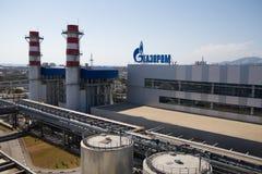 Gazprom-Firmenlogo auf dem Wärmekraftwerk. Stockfotos