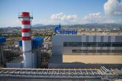 Gazprom-Firmenlogo auf dem Wärmekraftwerk Stockfotografie