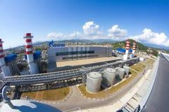Gazprom-Firmenlogo auf dem Wärmekraftwerk Stockfoto