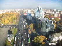 Gazprom-Gebäude und Respubliki-Straße Tyumen Stockfotos
