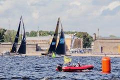 Gazprom Team Russia y equipo extremo de la navegación de SAP en los catamaranes navegantes extremos del acto 5 de la serie compit Foto de archivo