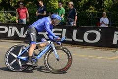 Gazprom Zespala się konkurenta w błękitnym kostiumu przy Giro 2017, Mediolan Obrazy Royalty Free