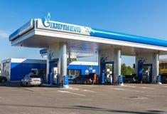 Gazpromneft加油站在夏天晴天 免版税图库摄影