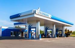 Gazpromneft-Tankstelle am Sommertag Gazpromneft ist ein Russe Lizenzfreies Stockfoto