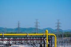 Gazu naturalnego dudkowanie w elektrowni z wysokim wolta słupem Zdjęcie Royalty Free