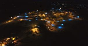 Gazuje przemysłowego od widok z lotu ptaka w zimy nocy i oliwi zbiory