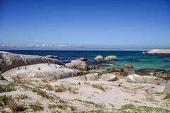 Głazy Wyrzucać na brzeg - Simon& x27; s miasteczko, Kapsztad, Południowa Afryka Zdjęcie Royalty Free