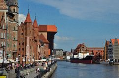 Gdańscy, dźwigowi, starzy budynki, i rzeka Fotografia Stock