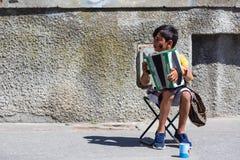 Gdański, Polska - 19 05 2017: osamotniona gypsy chłopiec z akordeonem Obrazy Stock