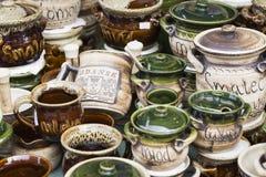 GDAŃSKI, POLSKA, SIERPIEŃ - 04,2017: Artystyczni ceramiczni puchary jako sou Zdjęcia Stock