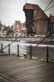 GDAŃSKI, POLSKA, SIERPIEŃ - 04, 2017: Historyczny portowy żuraw przy Motlawa Zdjęcia Stock