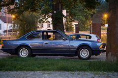 Gdański Wrzeszcz Polska, Czerwiec, - 6, 2019: błękitnego rocznika BMW samochodowa pozycja na parking zdjęcia stock