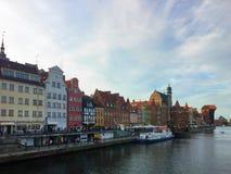 Gdansk, alte Stadt, Motlawa-Fluss mit Zuraw-Gebäude Stockfotos