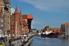 Gdansk, grúa, edificios viejos y río fotografía de archivo