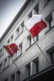 Gdansk och Polen flaggor som flyger från Gdansk byggnad Arkivfoto