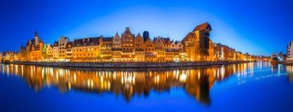 Gdansk på natten med reflexion i den Motlawa floden Royaltyfri Bild