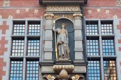 GDANSK, POLÔNIA - 7 DE JUNHO DE 2014: Detalhe com escultura da deusa romana Minerva na grande construção do arsenal em Gdansk foto de stock