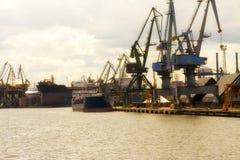 Gdansk, Polônia - 21 de junho de 2016: muitos guindastes no fundo, trabalhadores, barco de envio Imagens de Stock Royalty Free