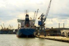 Gdansk, Polônia - 21 de junho de 2016: muitos guindastes no fundo, trabalhadores, barco de envio Foto de Stock