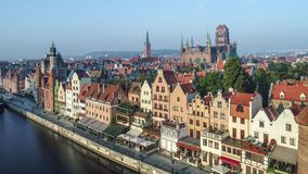 Gdansk, Poland Cidade velha com rio de Motlawa Vídeo aéreo filme