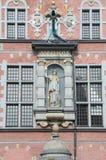 Gdansk Polen - April 27, 2017: Athena Sculpture på den stora armouryen i gammal stad av Gdansk Arkivbild