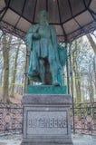Gdansk Polen - April 27, 2017: Staty av Johannes Gutenberg på skogen Arkivfoto
