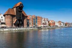 GDANSK, POLEN - 7. AUGUST: Der mittelalterliche Hafenkran über Motlawa-Fluss am 7. August 2014 Dieser Hafenkran errichtet zwische Stockbilder