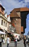 Gdansk Polen-august 25: Port kranen på kajen av den Motlawa floden i Gdansk från Polen Arkivbild
