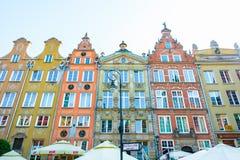 GDANSK POLEN - AUGUSTI, 2018: Länge Market Street, typiska färgrika dekorativa medeltida gamla hus, kunglig ruttarkitektur av arkivfoton