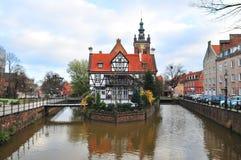 Gdansk, Polen, December 2017 Oud waterkanaal die tot de oude antiquiteit leiden watermill stock afbeeldingen