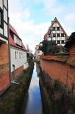 Gdansk, Polen, December 2017 Oud waterkanaal die tot de oude antiquiteit leiden watermill royalty-vrije stock foto