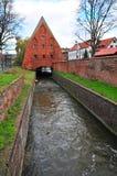 Gdansk, Polen, December 2017 Oud waterkanaal die tot de oude antiquiteit leiden watermill royalty-vrije stock fotografie