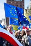 Gdansk Polen, 05 03 2016 - folk med europeiska fackliga flaggor du Arkivfoton