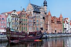 Gdansk, Polen, 2014 09 07 - gammal spansk gallion på den Motlawa floden och w Royaltyfri Bild