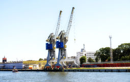 Gdansk, Polen - Jun 21, 2016: vele kranen op achtergrond, werkende mensen, verschepende boot Royalty-vrije Stock Foto's