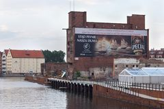 GDANSK, POLEN - 7. JUNI 2014: Alte verlassene große Scheune vom roten Backstein bekannt als ` ` Soli Deo Gloria Stockbild