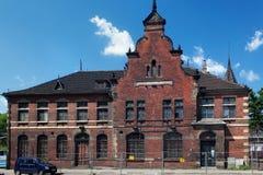 GDANSK POLEN - JUNI 07, 2014: Den gamla övergav byggnaden av den tidigare stolpen - kontor av Gdansk Arkivbild