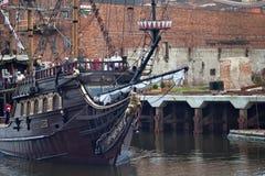 GDANSK, POLEN - 7. JUNI 2014: Hölzernes touristisches Schiff stilisierte als Piratenboot mit unbekannten Leuten auf dem Brett stockfoto